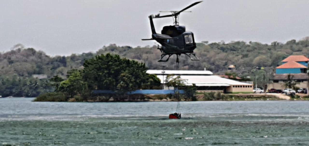 Helicóptero recoge agua del lago Petén Itzá.