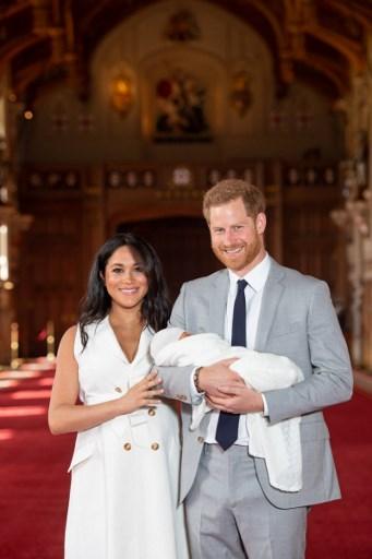 Meghan Markle y el príncipe Harry con su hijo. Fotos: AFP