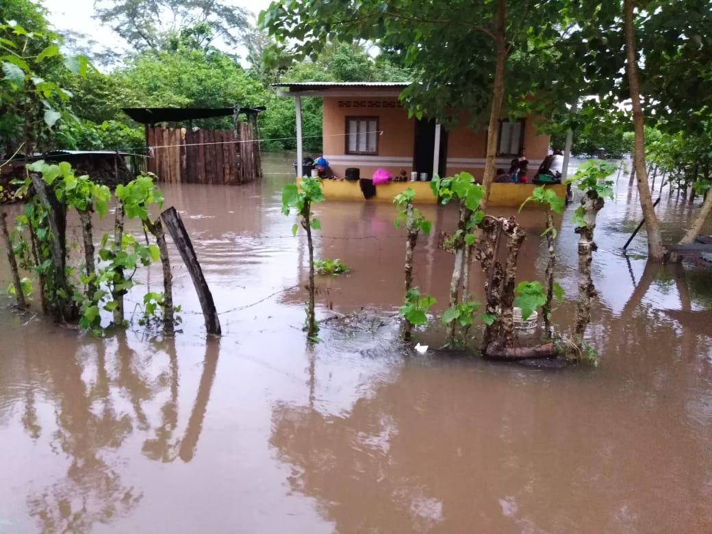 Inundaciones y deslaves en el interior del país.