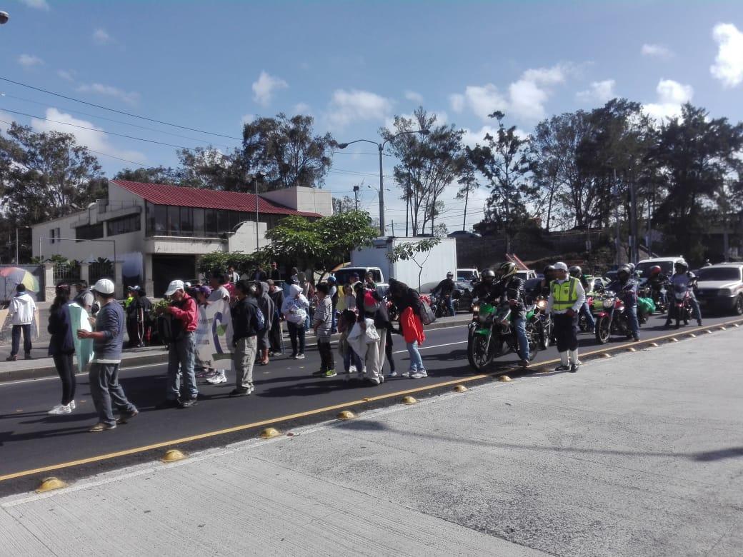 Trabajadores inconformes bloquean calzada Aguilar Batres