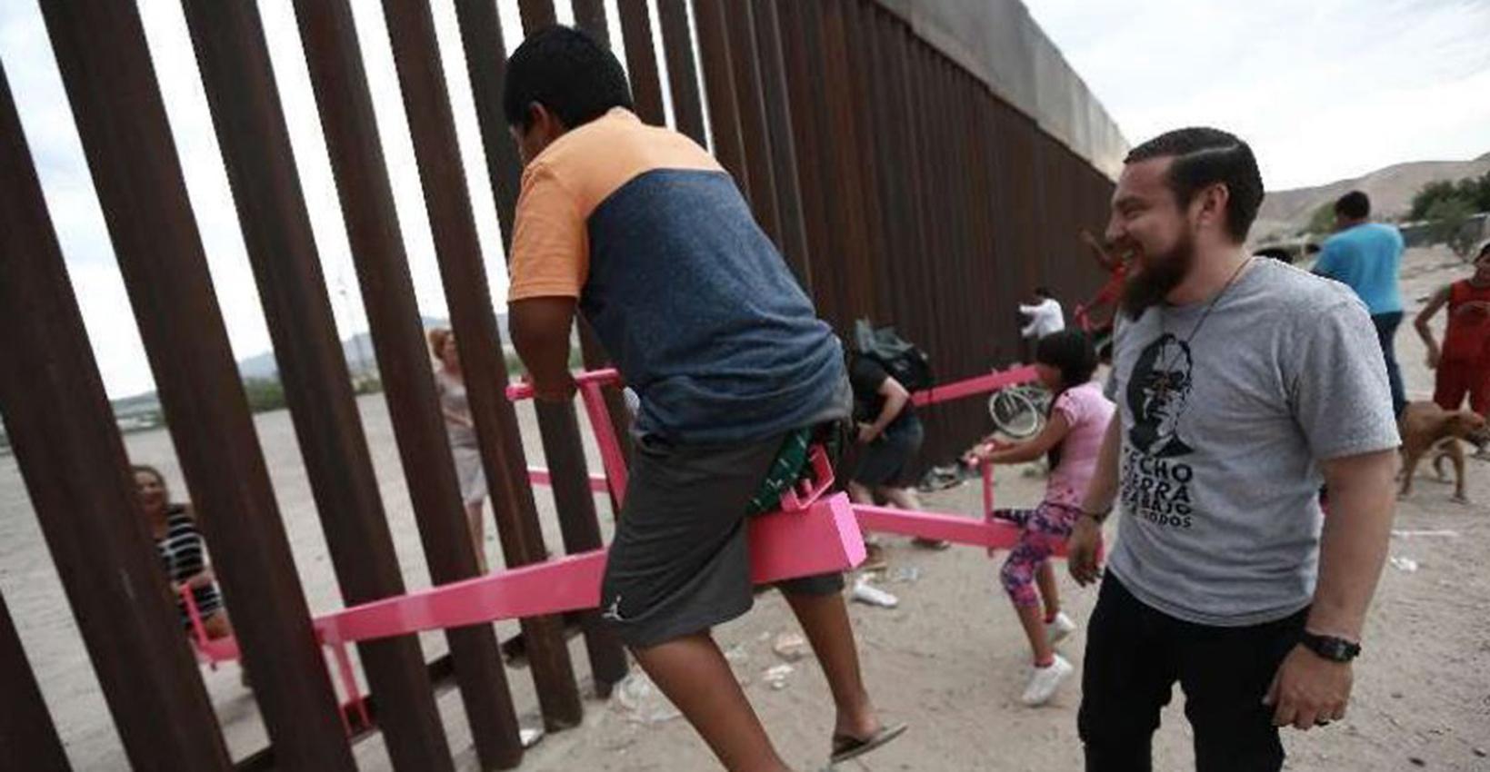 """Juegan al """"sube y baja"""" en la frontera México-EEUU"""