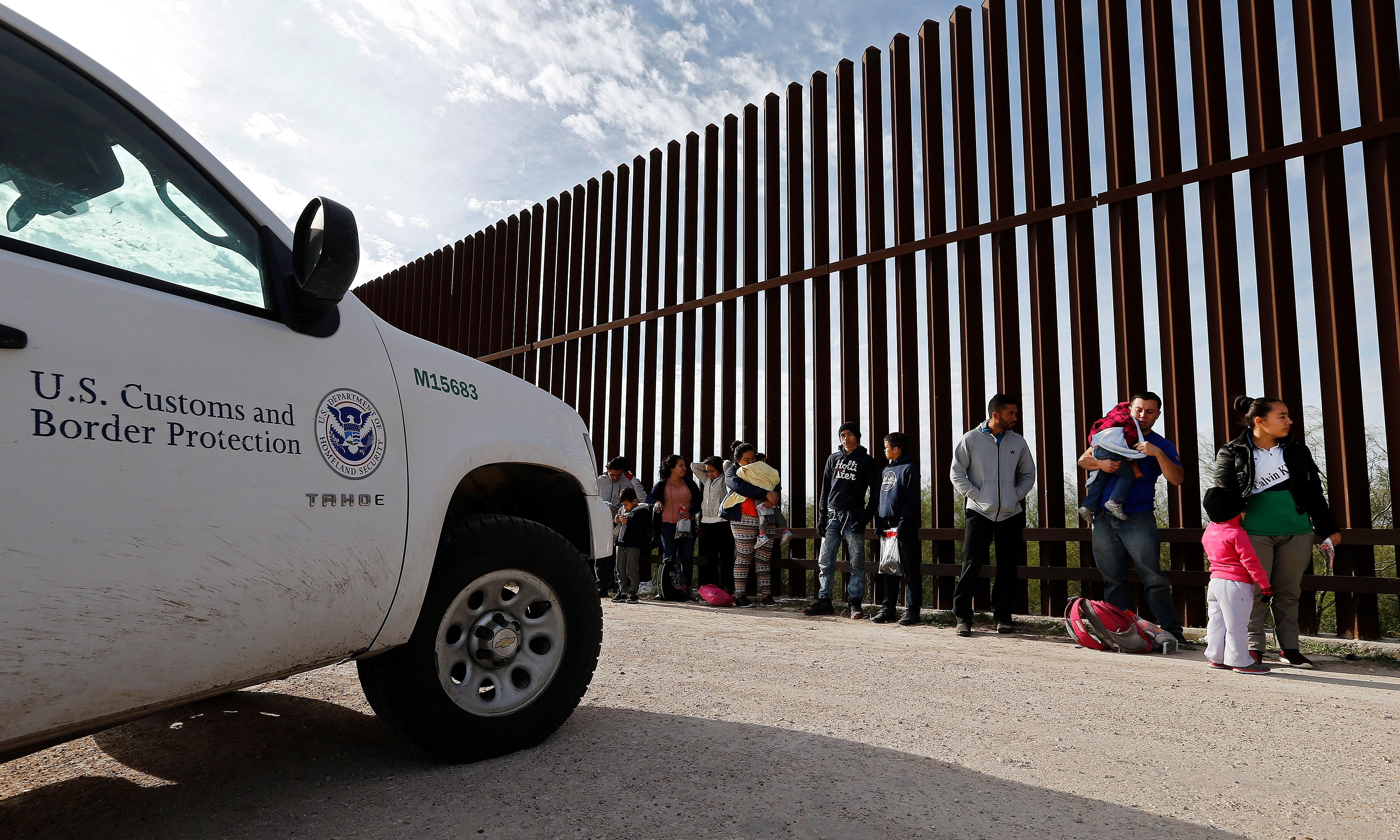 EE. UU. detiene el paso de más de 450 mil personas que buscaban ingresar de forma ilegal en 2020.