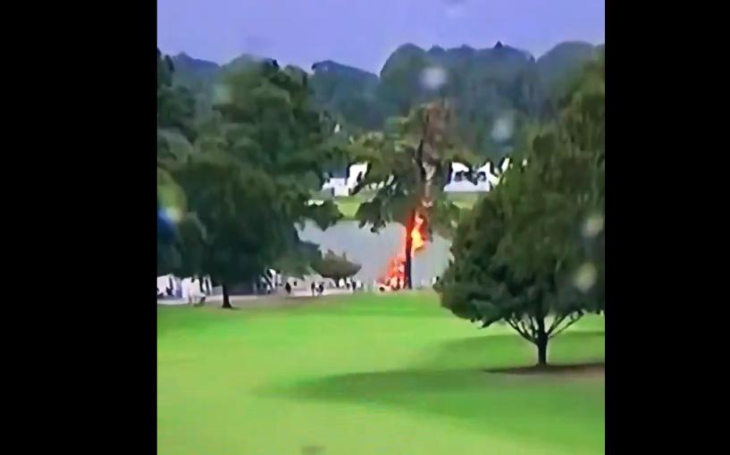 Rayo impacta contra árbol durante torneo de golf