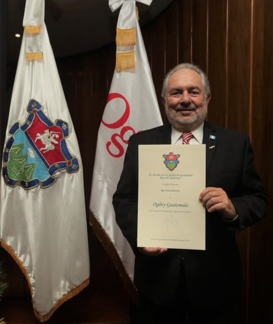 Ricardo Quiñónez entrega reconocimiento a Ogilvy