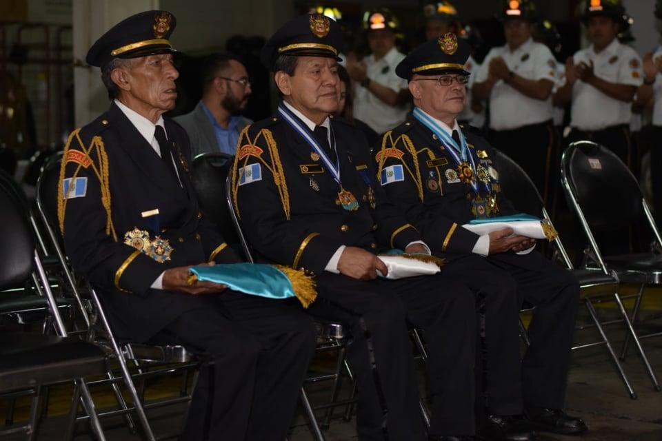 Bomberos reciben reconocimiento por más de 40 años de servicio