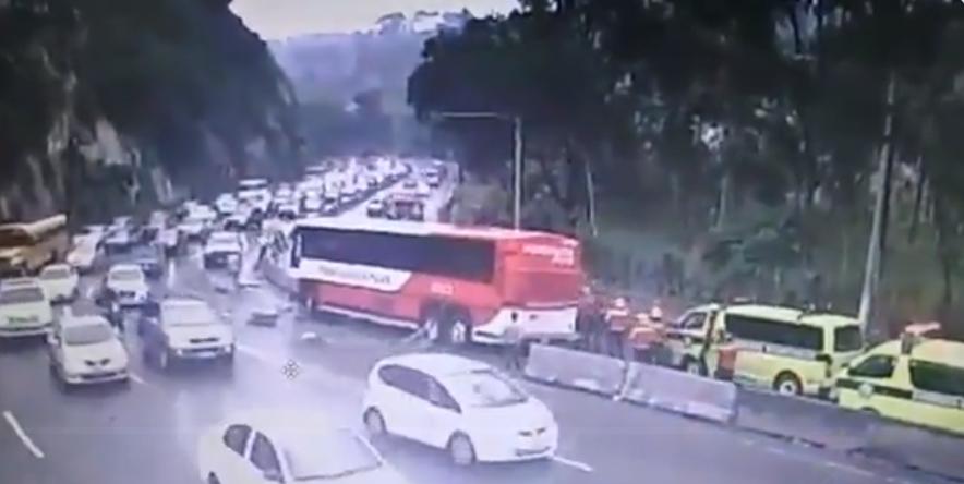 #URGENTE bus empotrado en separadores viales en la bajada de #Villalobos @PMT_VILLANUEVA comparte el momento del accidente que quedó grabado #precaución en el #TraficoVN pic.twitter.com/37YxauxGFx— Dalia Santos🚔 (@SantosDalia) September 22, 2019