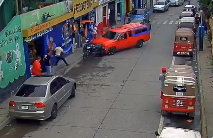 Conductor de picop provoca aparatoso accidente en la zona 18