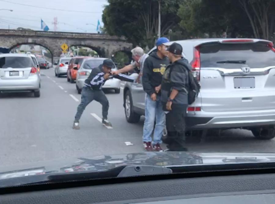 Graban a ladrones agrediendo a automovilista de la tercera edad en la zona 4