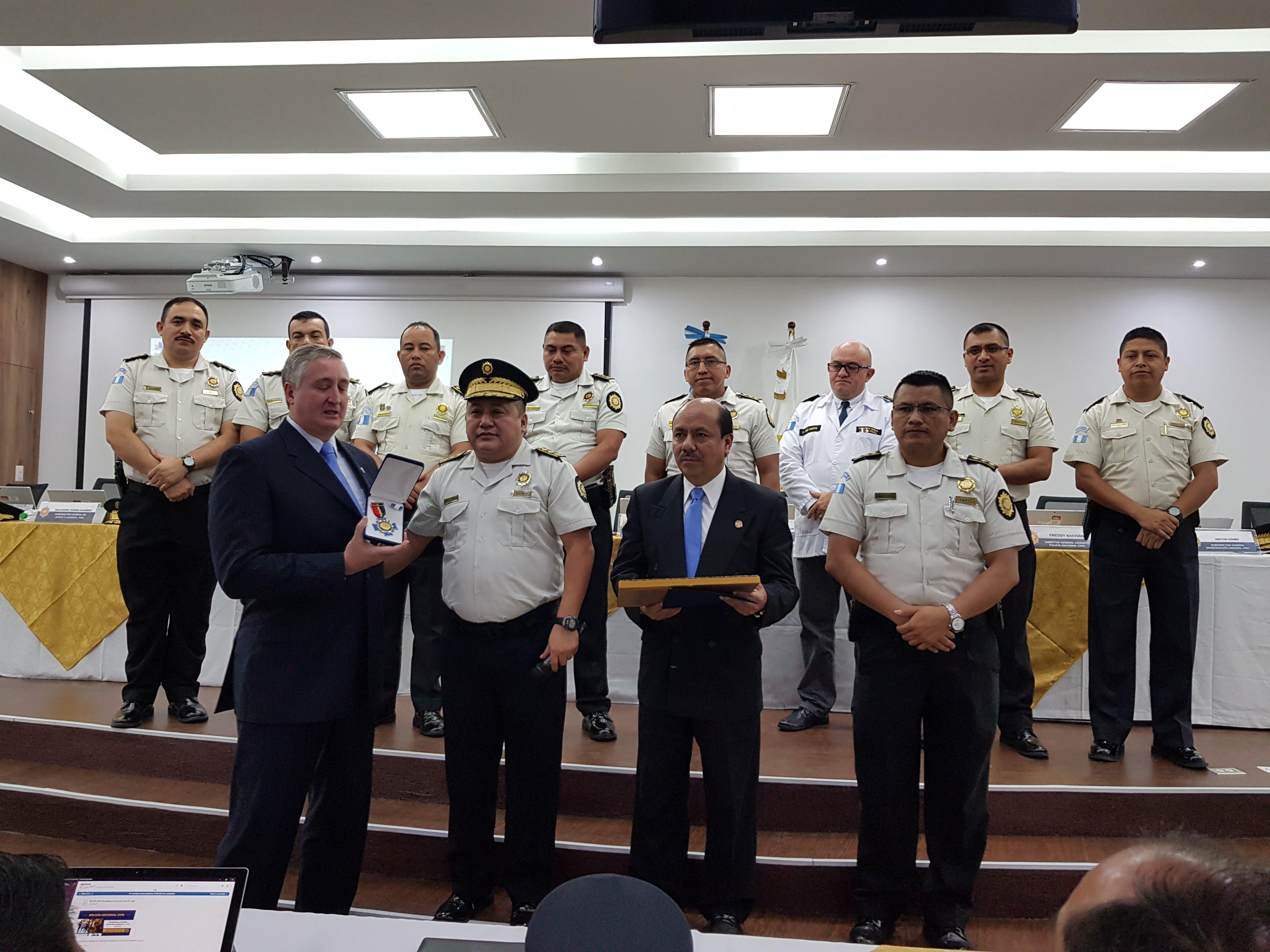 Degenhart recibe condecoración de la PNC
