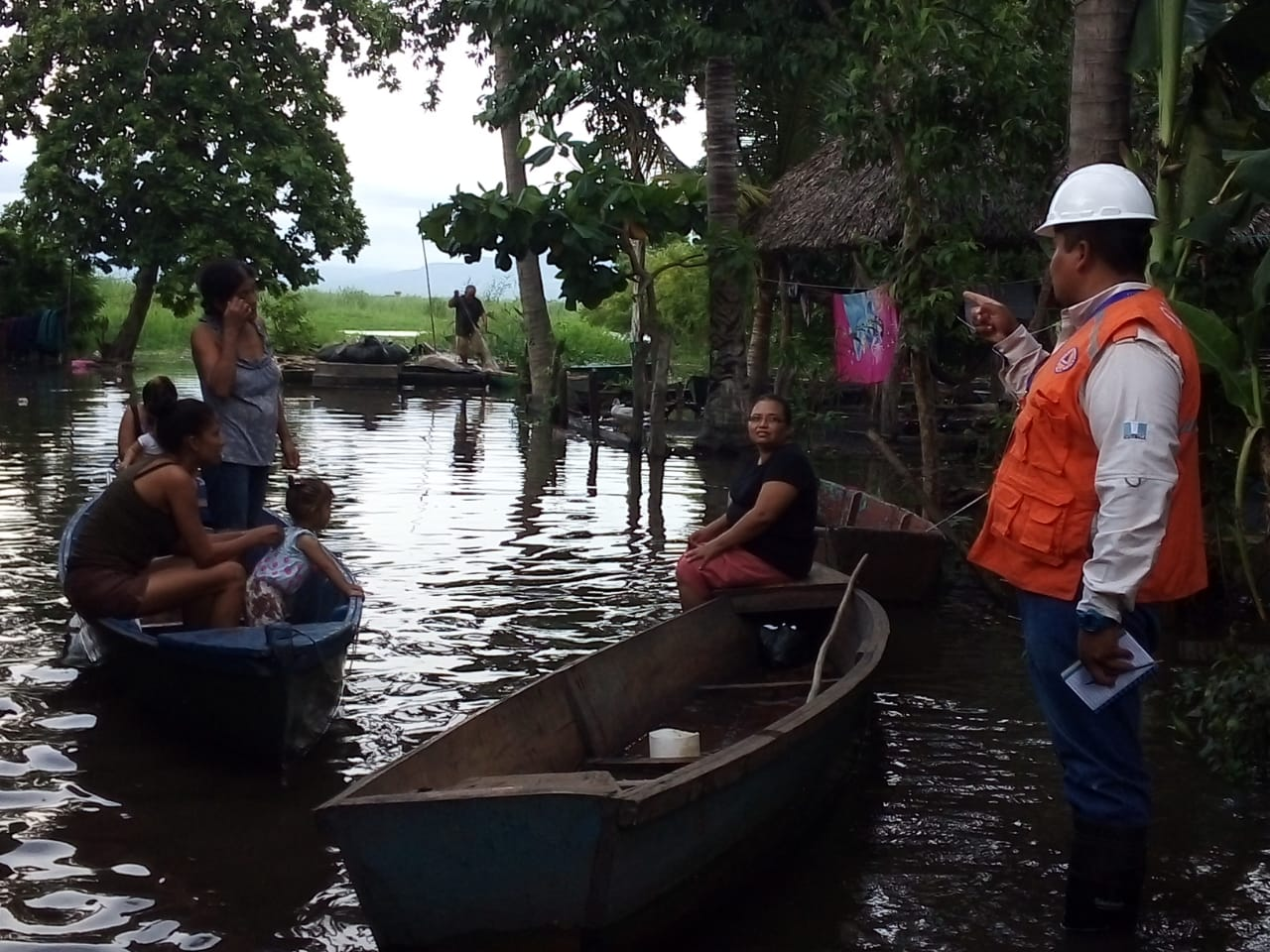 Constante lluvia genera inundaciones y derrumbes en seis departamentos