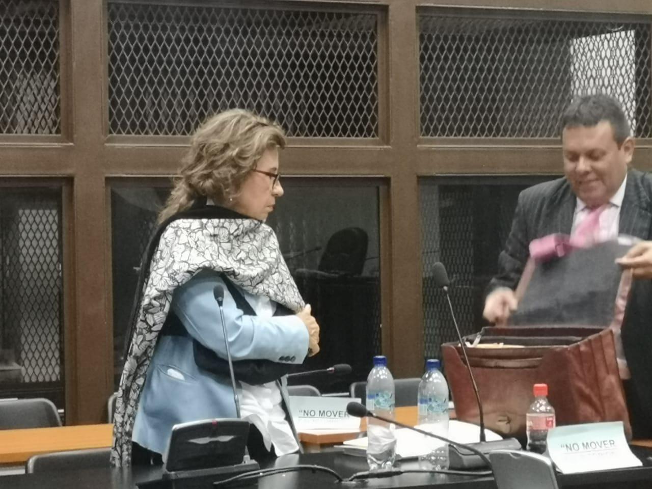 Sandra Torres se retira del juzgado con un cabestrillo en el brazo izquierdo.