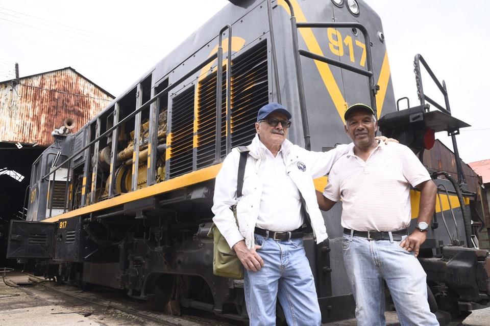 Don Mario y don Roberto son los maquinistas que operarán el tren 917 de la ciudad
