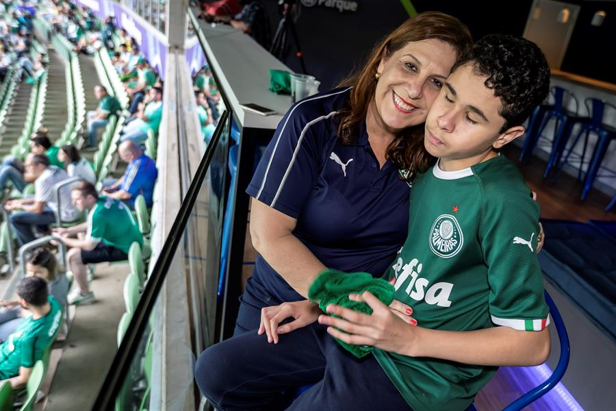 Conozca a Silvia la mujer que narra los partidos de fútbol a su hijo ciego. Foto: EFE