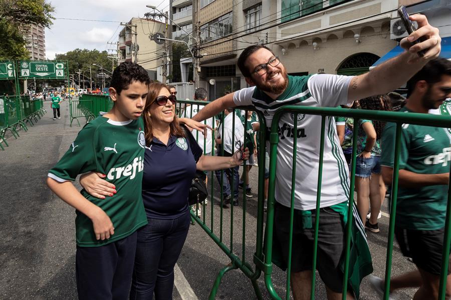 Conozca a Silvia la mujer que narra los partidos de fútbol a su hijo ciego
