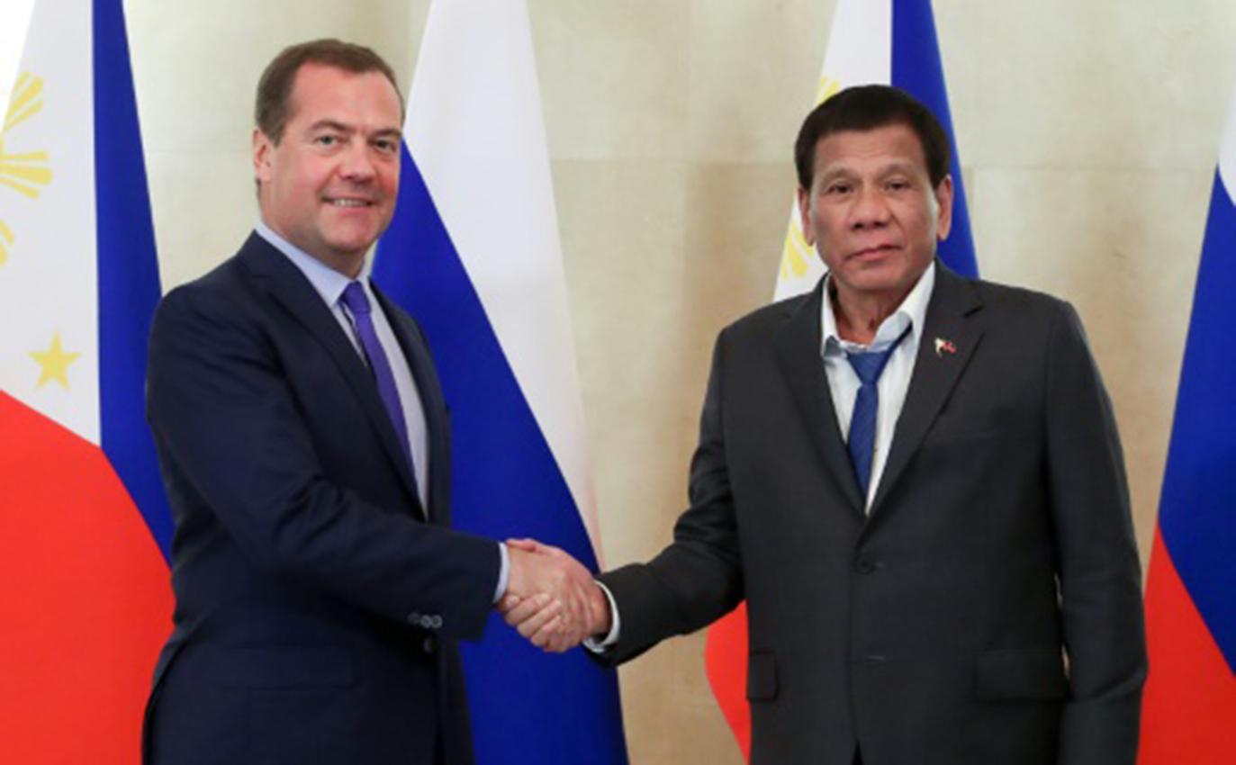 El presidente filipino y su corbata suelta hacen reír a internet en Rusia