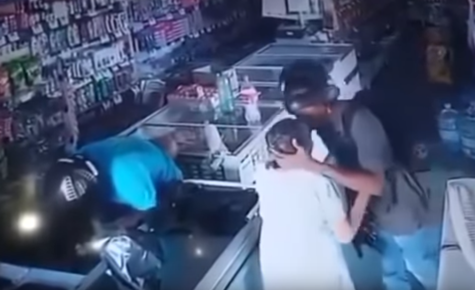 Ladrón besa a anciana para no robarle sus pertenencias