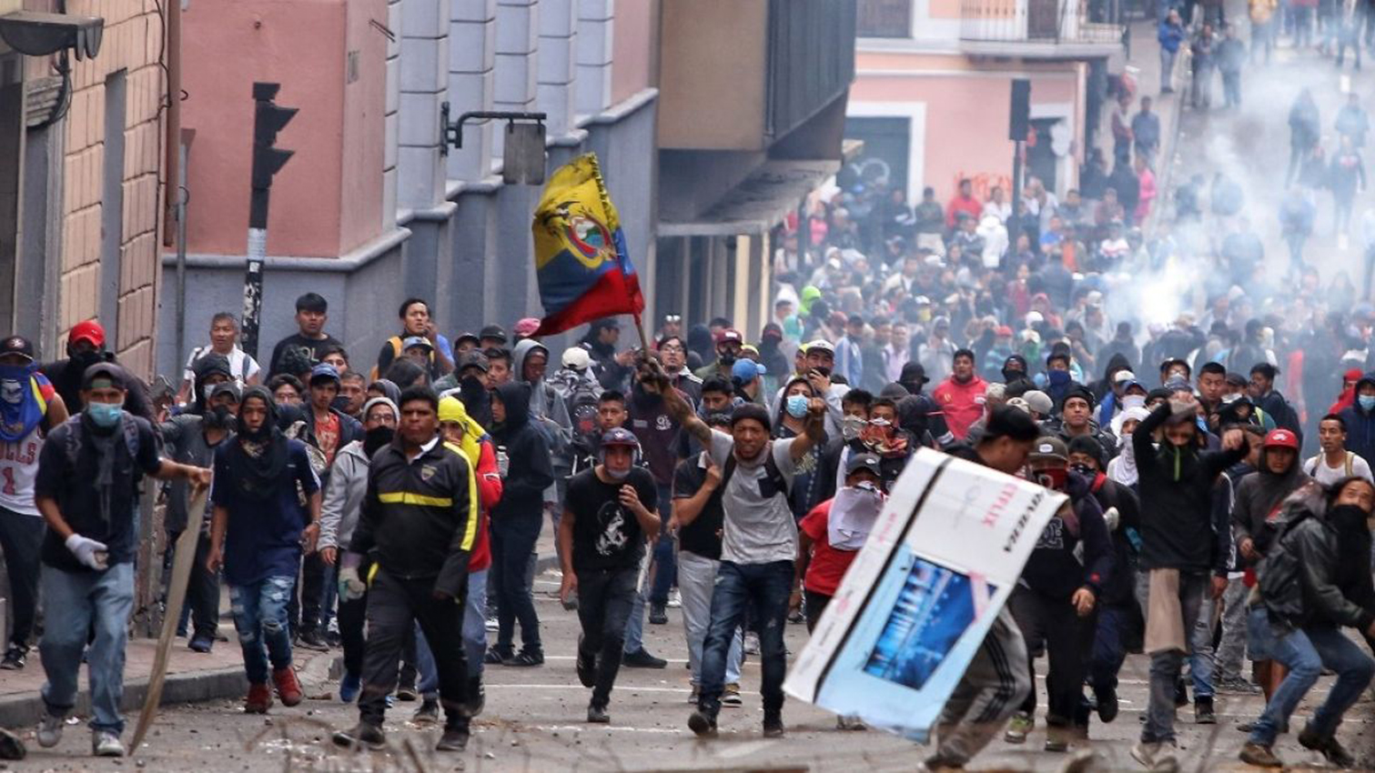 Manifestantes marchan en Quito contra el alza de combustibles