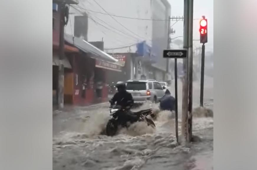 Motoristas se salvan de ser arrastrados por corriente tras fuertes lluvias