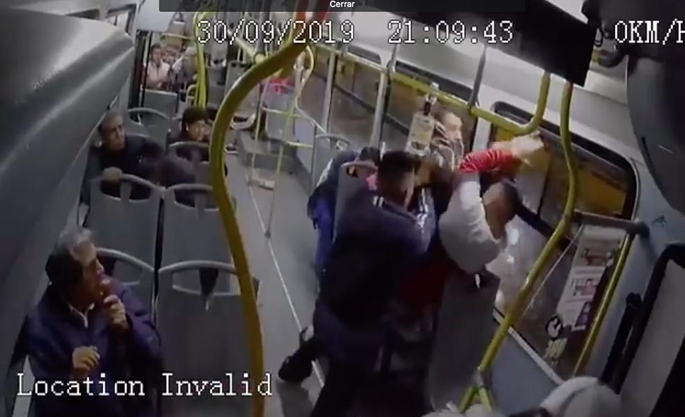 Pasajeros repelen asalto a un bus urbano