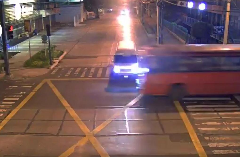 Piloto de bus ocasiona aparatoso accidente al pasarse semáforo en rojo