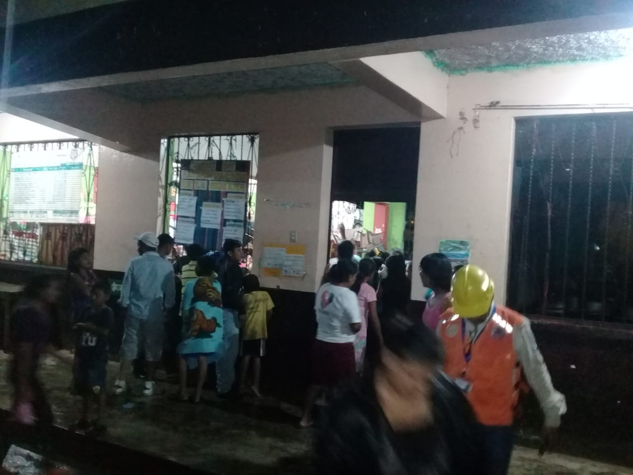 Rescatan a familias atrapadas luego de desborde de río de Escuintla