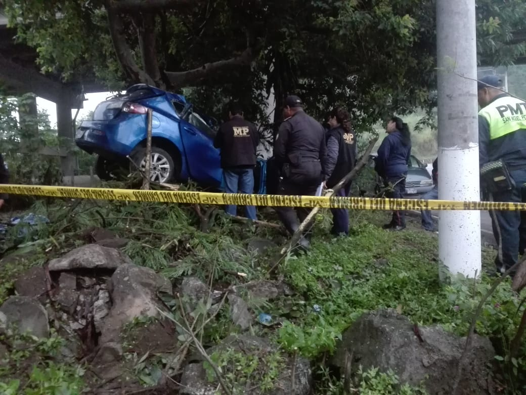 Vehículo se empotra en un árbol en la entrada a la VAS y muere una persona