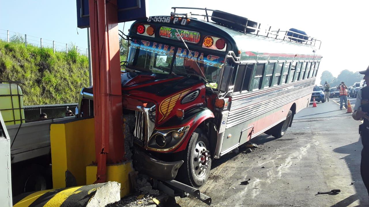 Bus se estrella contra peaje de autopista Palín-Escuintla