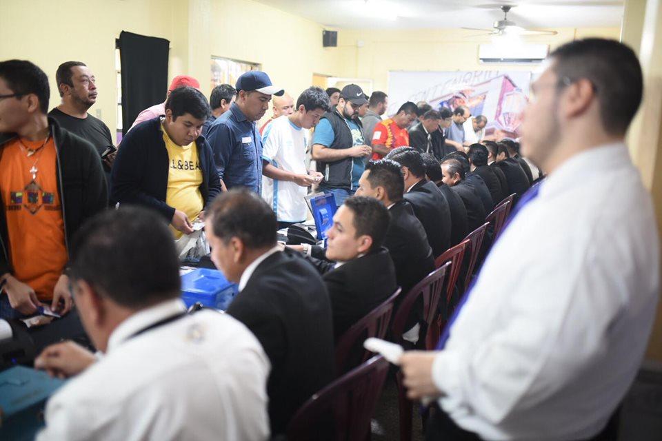 Fieles católicos hacen largas filas para turnos de Jueves Santo