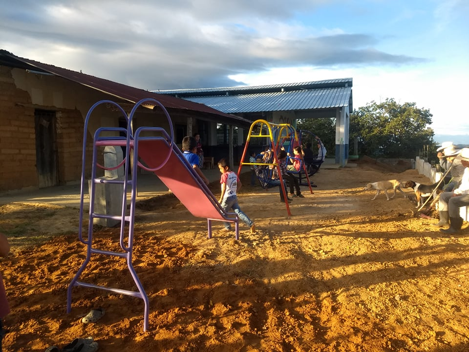 La escuela donde niños caminan dos horas para llegar
