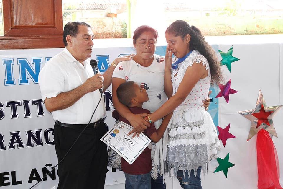 Joven sube con su delantal a recibir su diploma de diversificado