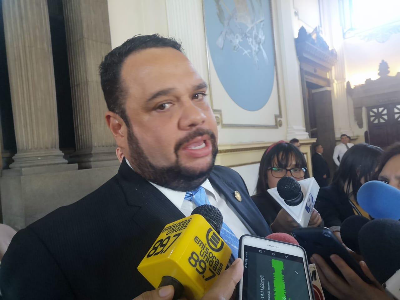 José Luis Benito recibe señalamientos de diputados durante interpelación.