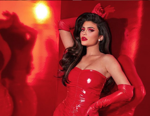 Kylie Jenner se disfraza de regalo navideño con tan sólo un moño