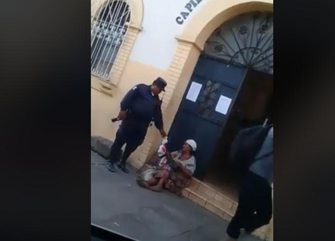 La historia detrás del policía que pidió Q20 a una anciana