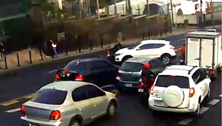 Motorista contra la vía provoca aparatoso accidente