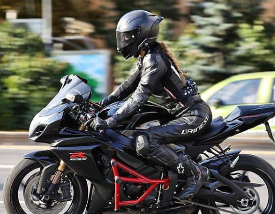 Mujer graba su propio accidente en una moto a 180 km/h