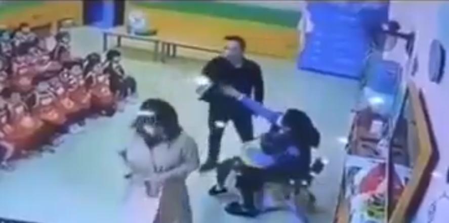 Padre descubre a maestro golpeando a su hija y la abofetea
