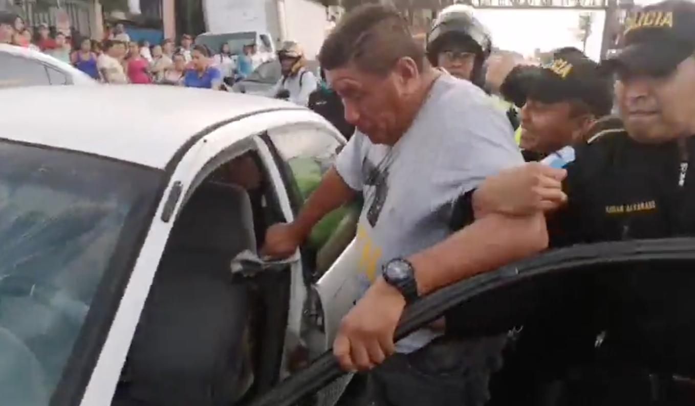 Un conductor en estado de ebriedad forcejeó con varios policías que lo aprehendieron luego de protagonizar un accidente en una calle de Escuintla.