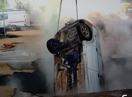 VIDEO: momento exacto en que vehículo cae a pozo de agua hirviendo