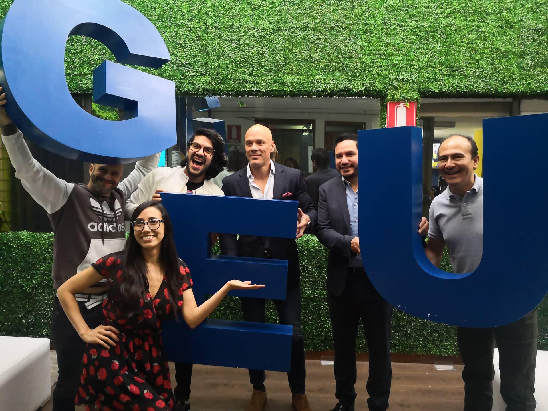 Ejecutivos de Televisa y Emisoras Unidas con el elenco de A Todo Dar de radio Sideral.