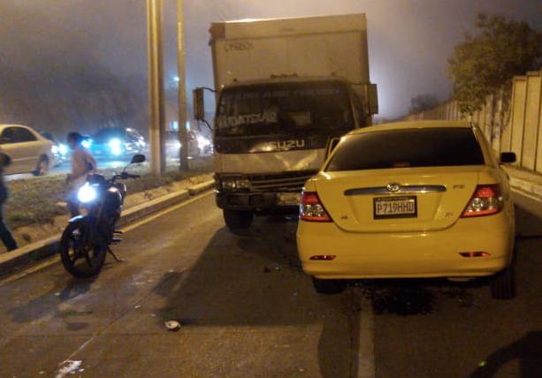 Auto y camión chocan de frente en desvío de El Naranjo-Minervas, en Mixco - Emisoras Unidas