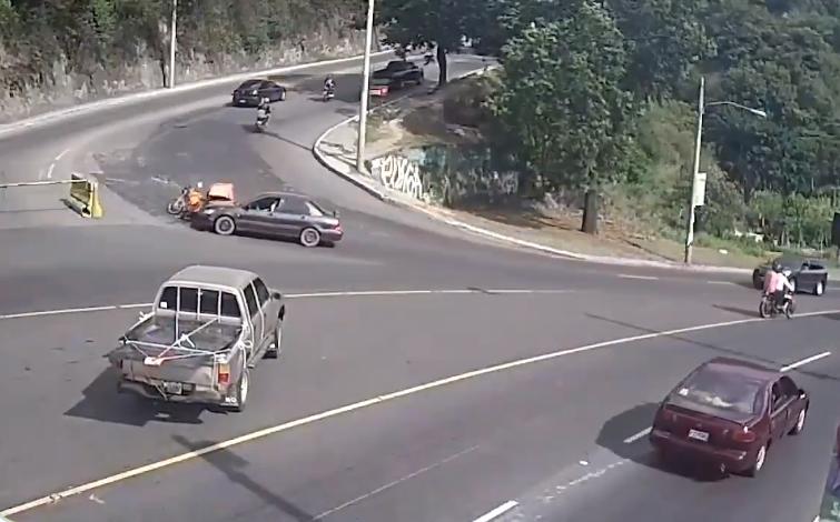 conductor de vehículo comete error y embiste a motorista