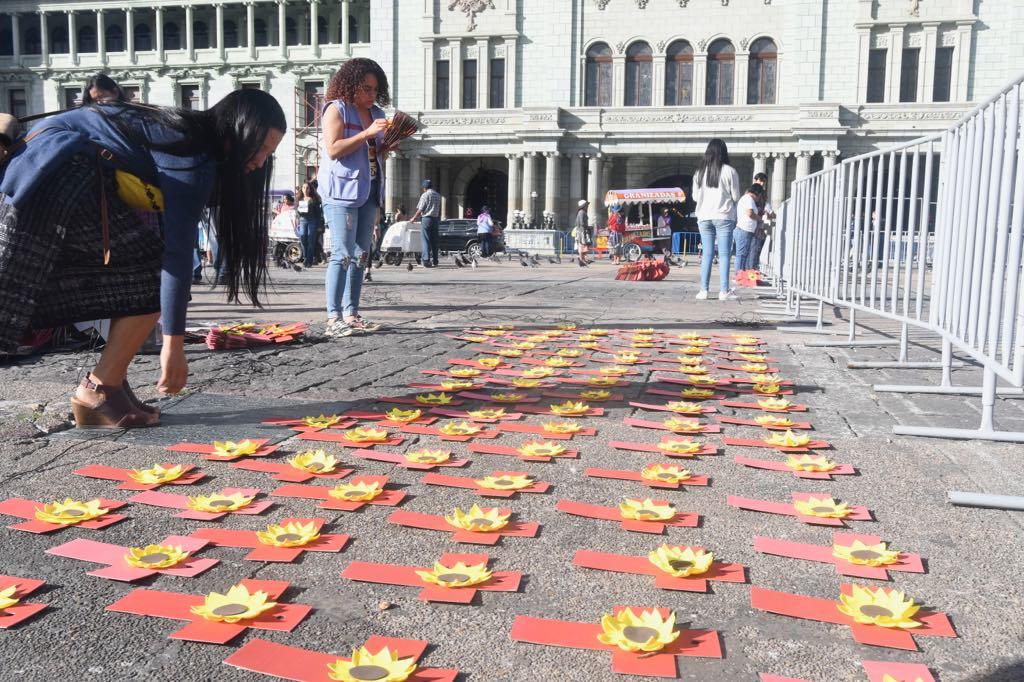 2500 cruces recuerdan a las mujeres asesinadas en el gobierno de Jimmy Morales