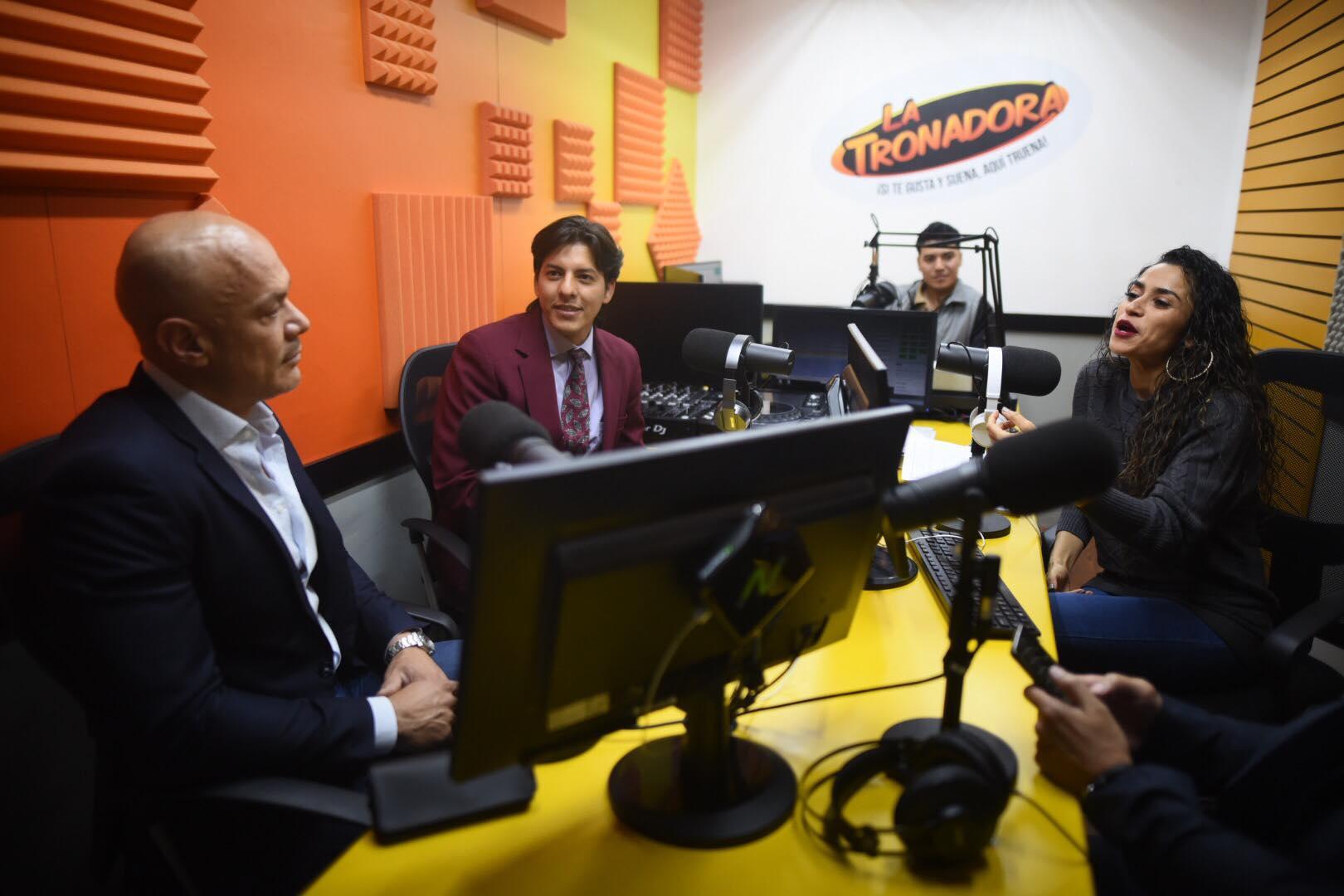 Ejecutivos de Televisa y Emisoras Unidas en la cabina de la radio La Tronadora.
