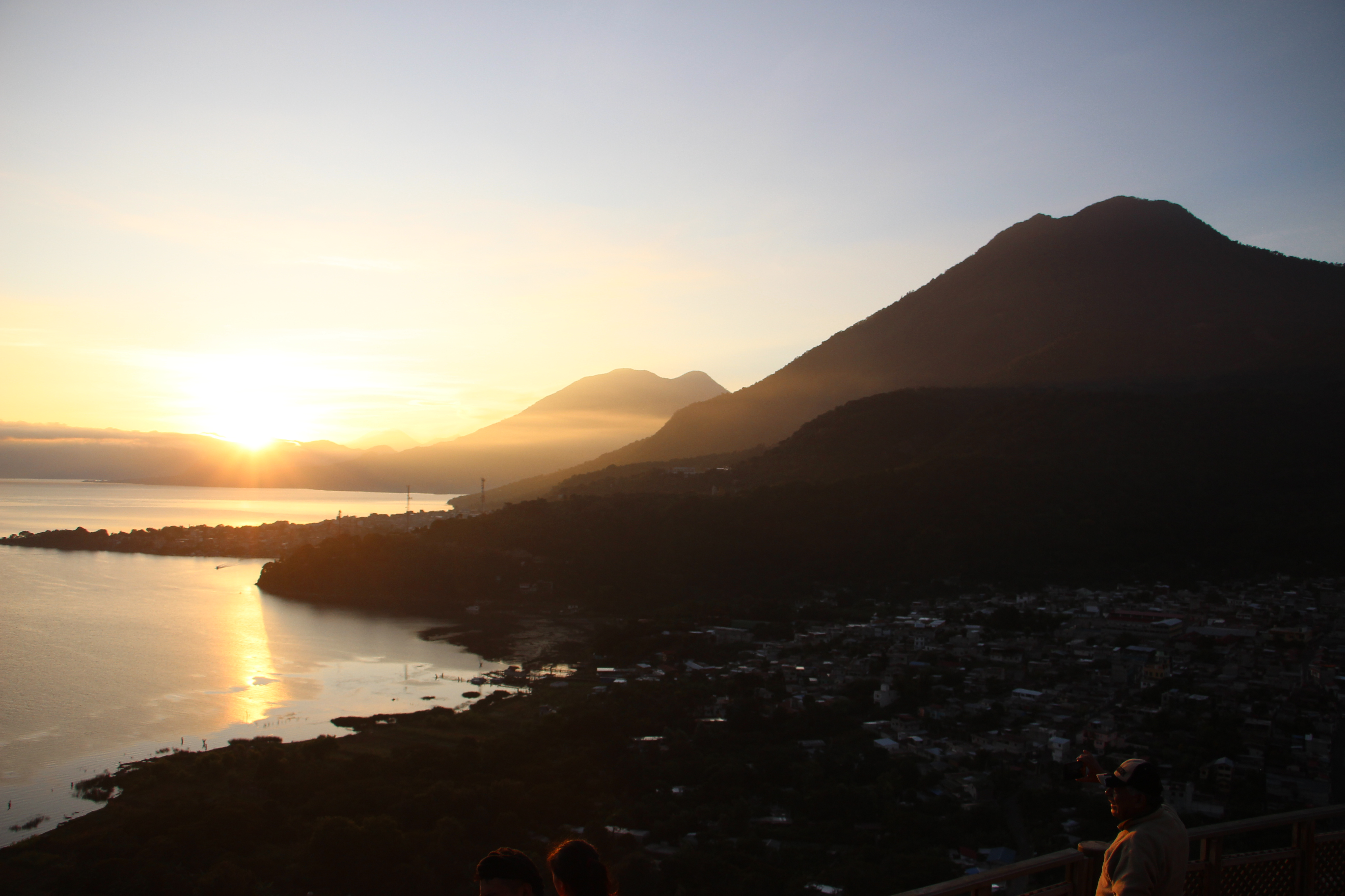 Locales y turistas disfrutan ver el amanecer desde el mirador cerro Kaqasiiwaan.