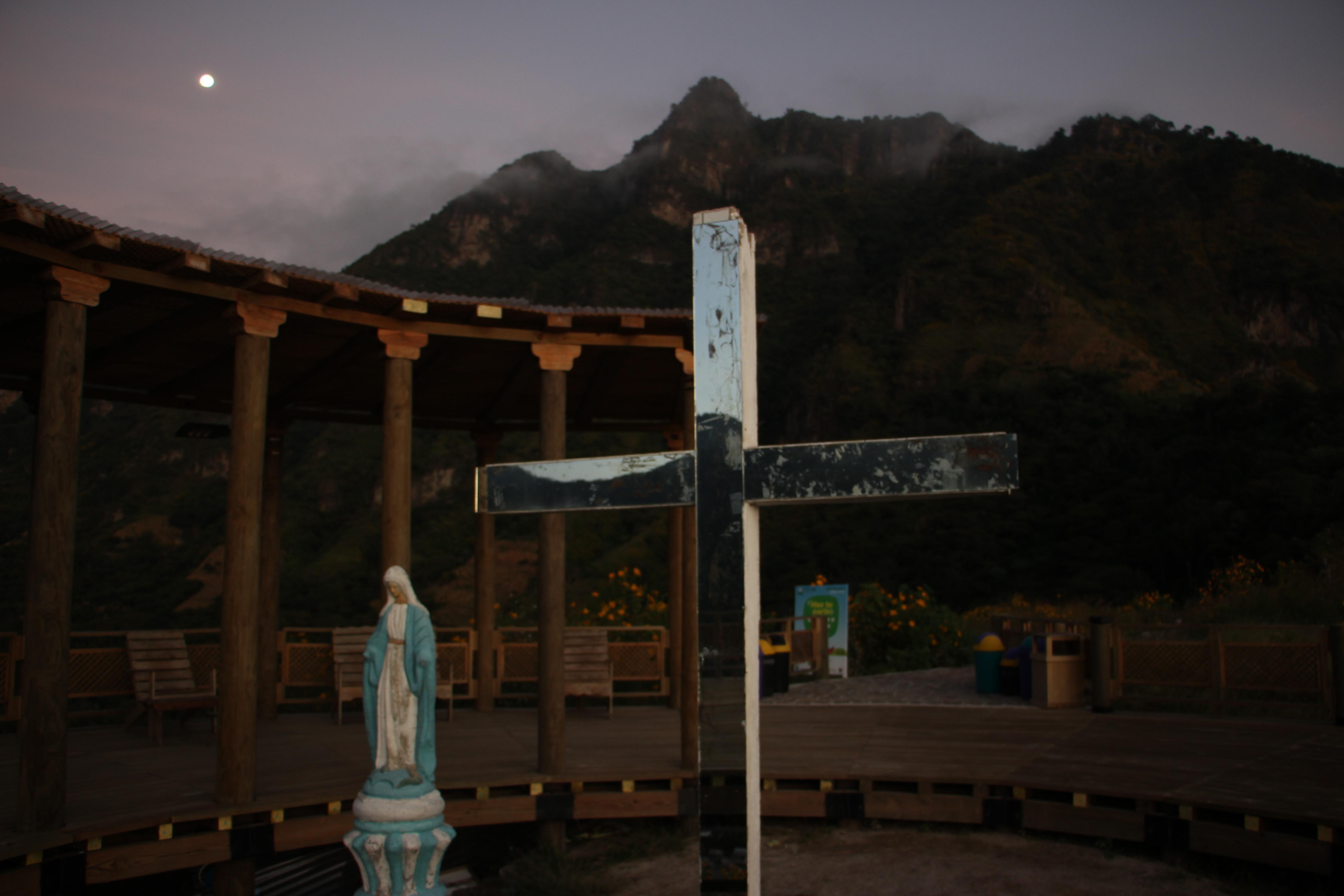 Desde el mirador del cerro Kaqasiiwaan, se puede observar el Rostro Maya, Rupalaj Kistalin.