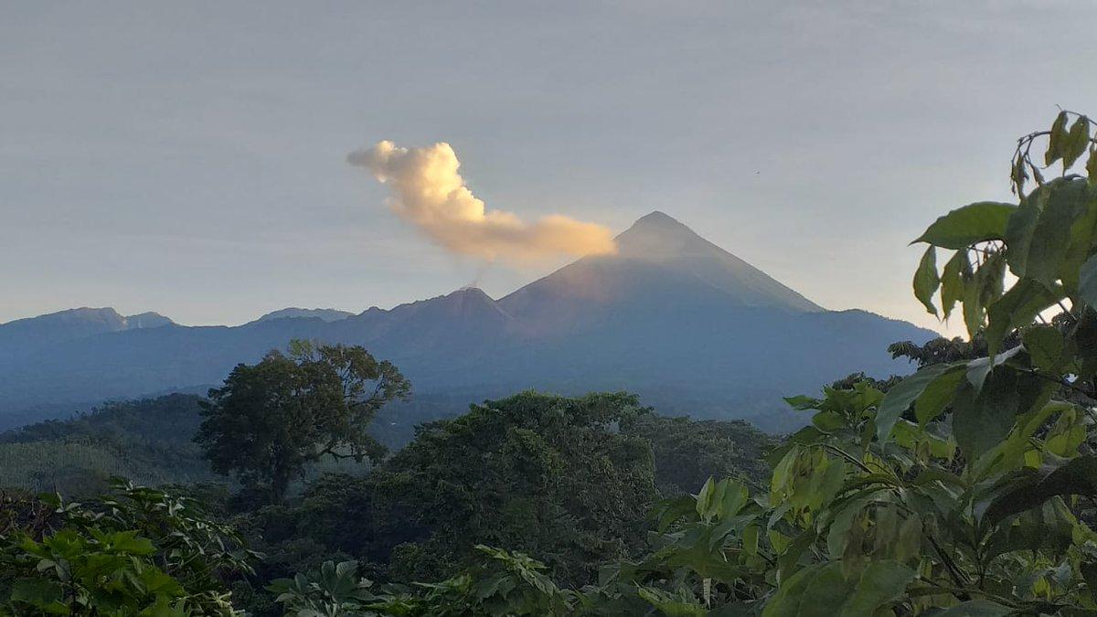Volcán de Fuego tira ceniza
