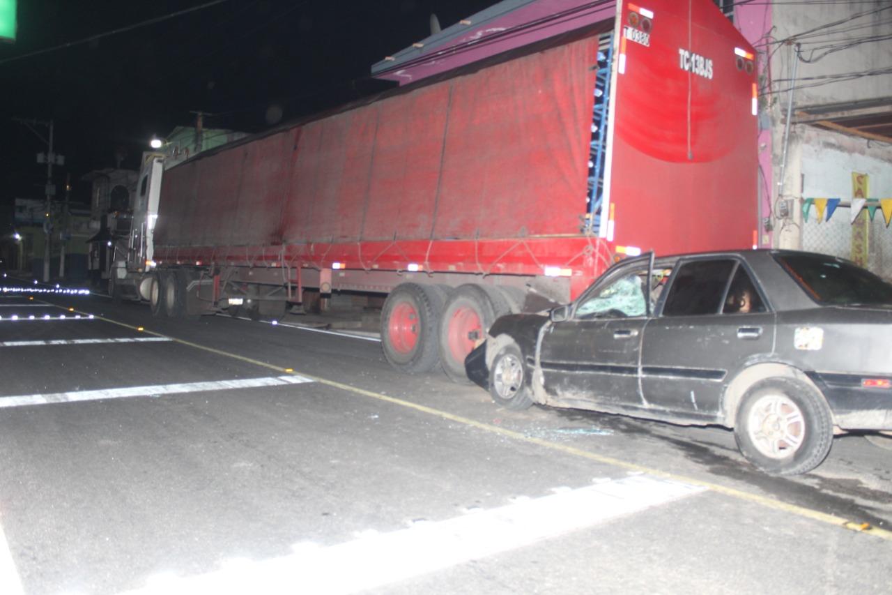 Pareja a bordo de vehículo impacta contra camión estacionado a media ruta