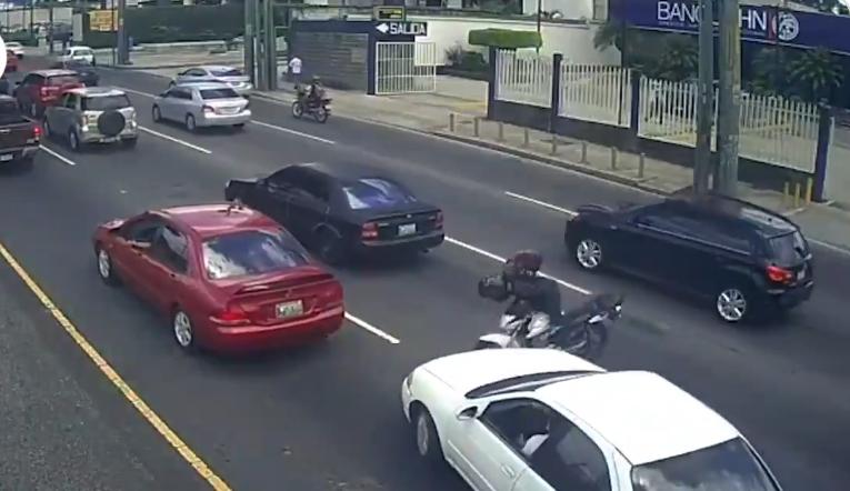 Motorista y conductor de vehículo protagonizan aparatoso accidente en la Roosevelt