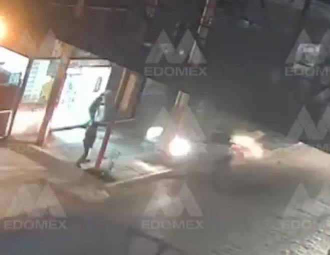 VIDEO: Peatones se salvan de ser atropellados gracias a un poste