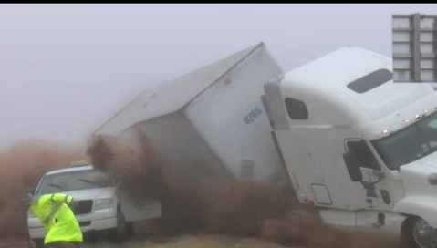 VIDEO: Tráiler aplasta un vehículo de la policía en una carretera con niebla